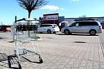 Parkoviště u supermarketu Kaufland v Benešově.
