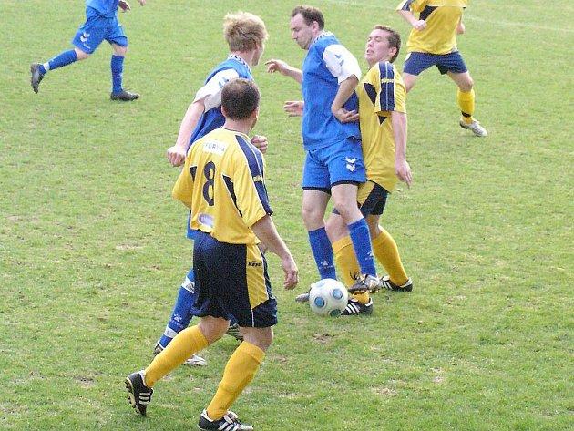 Choceradský Šmejkal si kryl míč v okresním derby před poříčským Braným.