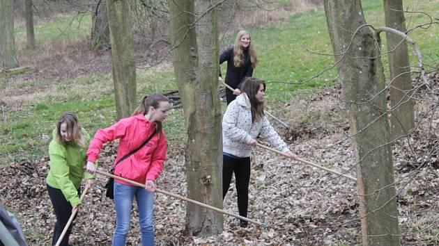 Žáků z benešovské Základní školy Dukelská z 6. až 9. ročníků se do úklidu Konopišťského parku zapojilo zhruba 300.