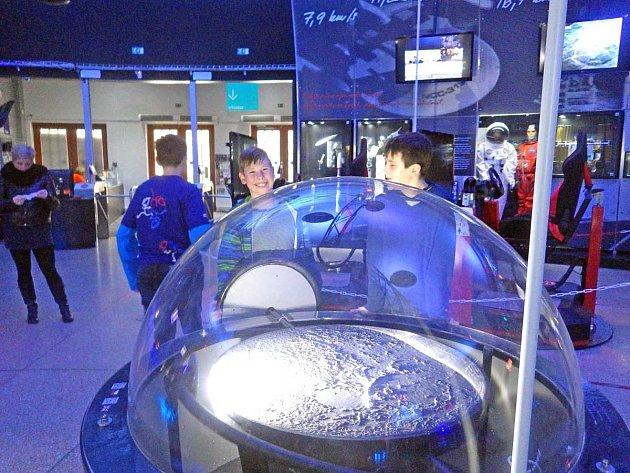Gymnazisté navštívili pražské planetárium.