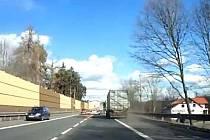 Řidič kamionu ve středu 4. března několik minut před 13. hodinou začal na silnici I/3 u odbočky na Městečko ve směru na Prahu přejíždět, přičemž ohrozil přejížděné vozidlo i protijedoucí osobní auta.