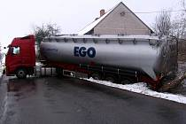 Spojnici mezi Bystřicí a Struhařovem, silnici číslo II/111, zcela blokuje nehoda tahače Volvo s cisternovým návěsem
