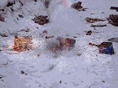 Zapálená zábavná pyrotechnika. Ilustr. foto.