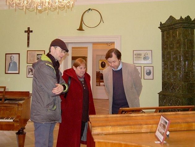 Jindřich Nusek (vlevo) s členy komise Gloria musaealis u Smetanova klavíru a členové komise Radim Vondráček a Eliška Fučíková.