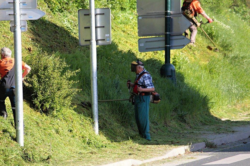 Údržba zeleně v Týnci nad Sázavou.