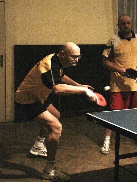 Ivan Januš. Votický player se čtyřmi body zasloužil o výhru v Mrači. Čtyřhru ale s Liborem Brejlou (vpravo) prohráli