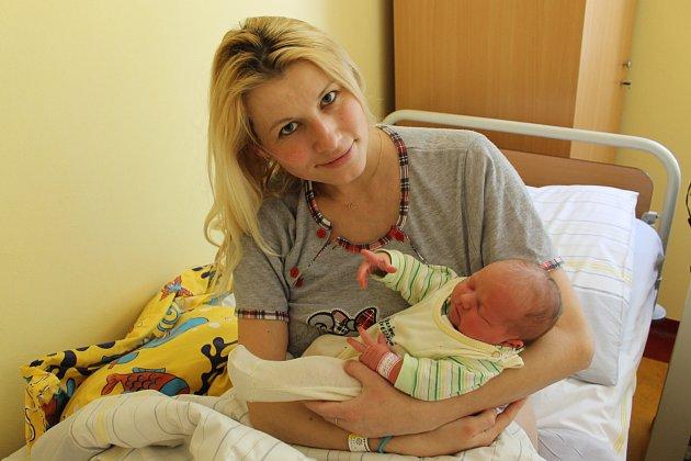 Evelína Jelínková je druhým dítětem Mirky Bártové a Petra Jelínka. Holčička se narodila 13. března v 1.48. Vážila 3470 gramů a měřila 49 centimetrů. Doma v Kladrubech na ni čeká bratr Matyáš (4).