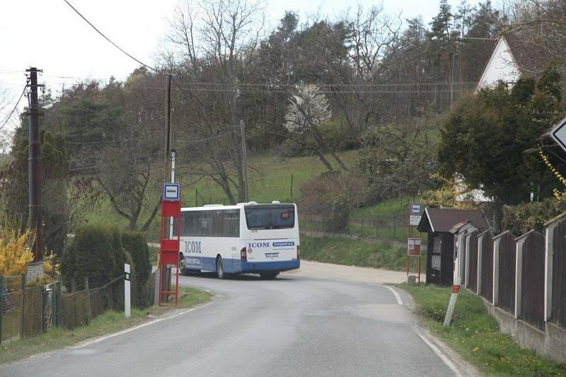Neznačený přechod pro chodce za zatáčkou v Závisti.