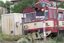 Náhradní motorové vlaky mají omezenou kapacitu, České dráhy doporučují v úterý ráno nejezdit vlakem a využít alternativní dopravu.
