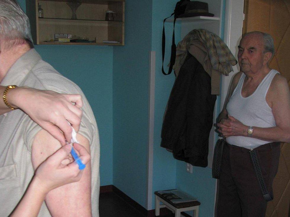 Pacienti se nechali už včera u svých praktických lékařů oočkovat proti prasečí chřipce, která se v České republice vyskytuje stále častěji. Ve Spojených státech je toto onemocnění na ústupu.