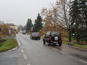 Výstavba chodníku v Chlístově komplikuje cestování po silnici z Benešova do Týnce nad Sázavou