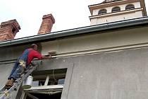 Opravit poškozené omítky a nanést nový nátěr na fasádu kostela pomáhali i někteří farníci