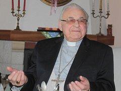 Kardinál Miloslav Vlk požehnal knize Hangely Ann v načeradeckém kostele.