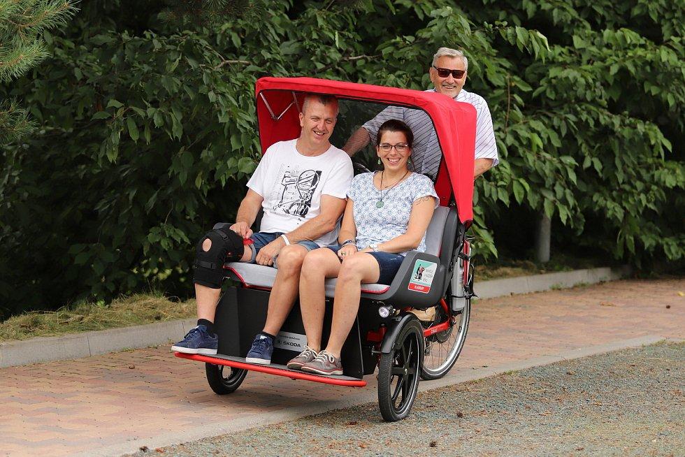 Z předání elektrické tříkolky v Rehabilitačním ústavu v Kladrubech.