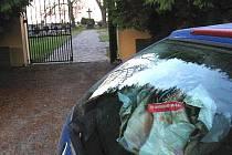 Taška na odkládací ploše za zadním sklem, i když má obsah nicotnou hodnotu, zlodějíčky láká.