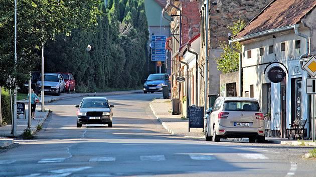 Pražská ulice v Neveklově.