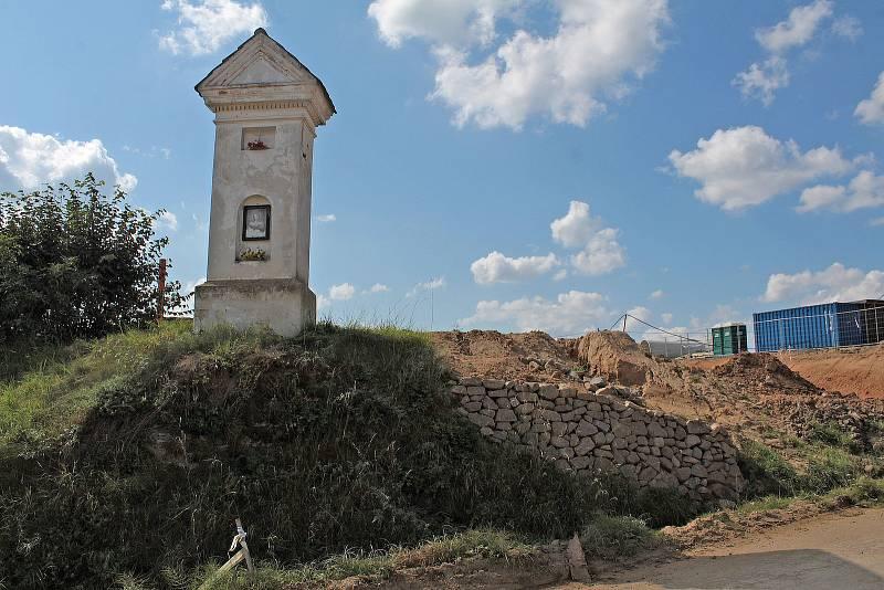 """Kaplička stojí na křižovatce cest z Olbramovic do Semtína, Mokřan a Městečka a tak to i zůstane. Z další strany drobnou stavbu """"olemuje"""" ještě přeložka silnice I/3."""