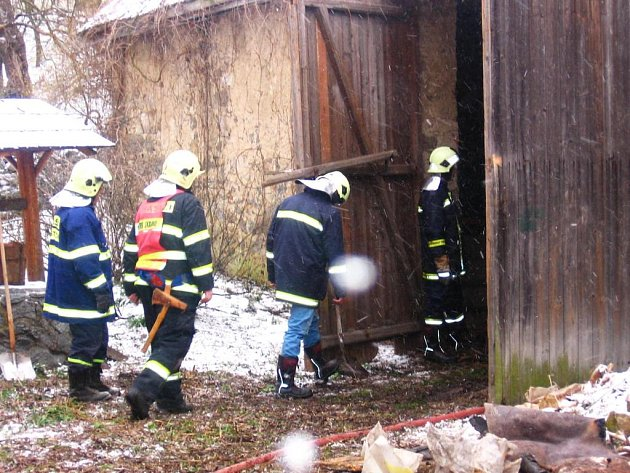 Požár v Ouběnicích ve stodole za hospodou se podařilo díky všímavému sousedovi včas podchytit