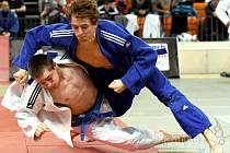 Jan Pikora (v modrém kimonu) útočí ve svém prvním zápasu.