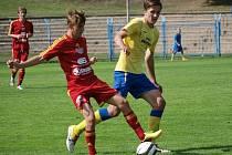 Martin Straka (ve žlutém) má velkou formu a proti Dukle vstřelil parádní první gól.