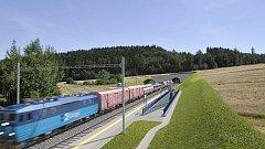 Vizualizace železniční zastávky a estakády představuje modernizaci tratě Sudoměřice - Votice.