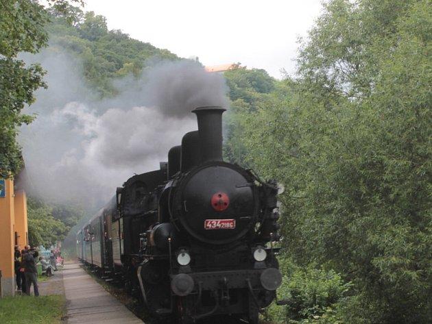 Historický vlak v sobotu vezl cestující do Sázavy a pak vyrazil na vyhlídkovou jízdu do Ledečka.