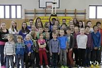 Žáci ze ZŠ Karlov převzali pohár za vítězství v Benešovském běžeckém festivalu.