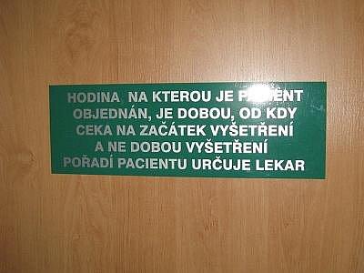Cedule na dveřích jedné z benešovských ordinací