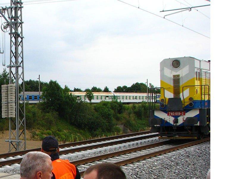 Původní, nyní už odstrojená trať mezi Olbramovicemi a Zahradnicí (vzadu).