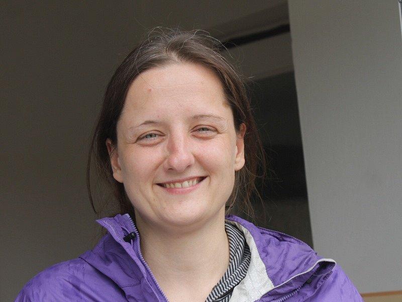 Zahraniční dobrovolníci při návštěvě miličínské základní školy - Annegret Breithaupt ze Srbské Lužice (býv. NDR).