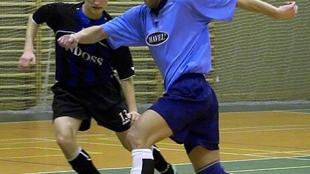 Petr Kilián z Arsenalu (u míče) se tlačil před plzeňského mladíka.
