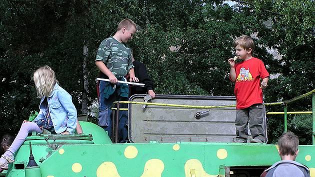Z vyřazené armádní techniky je v Lešanech prolézačka pro děti