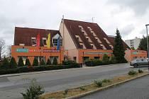 Hotel Benica leží mezi rušnou silnicí E55 a fotbalovým stadionem.