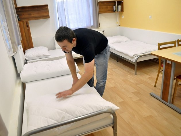 Benešovská noclehárna nikoho neodmítne. Pokud nejsou už volné postele, může klient strávit noc alespoň na židli.