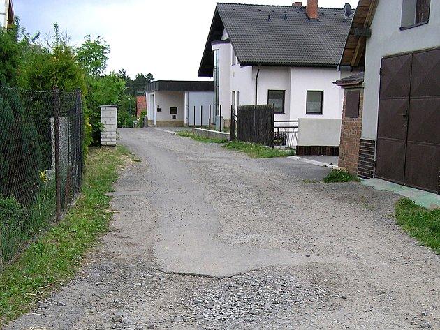 Majitelé domů vpravo od cesty mají smůlu. Logické, gravitační napojení na kanalizační řad je zřejmě mine, přesto, že pro spádovou kanalizaci mají příhodné podmínky