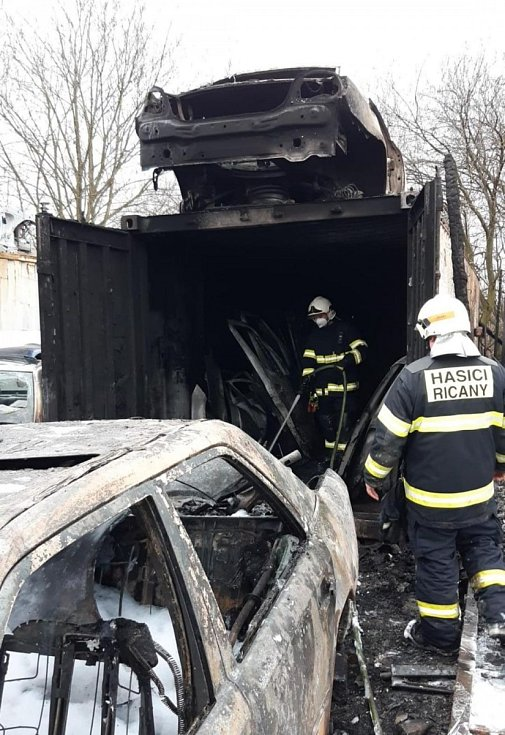 Z požáru v areálu autovrakoviště v katastru obce Sluštice na Říčansku v okrese Praha-východ 23. března 2021.