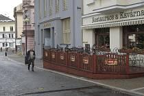 Zahrádka před restaurací na Masarykově náměstí v Benešově.