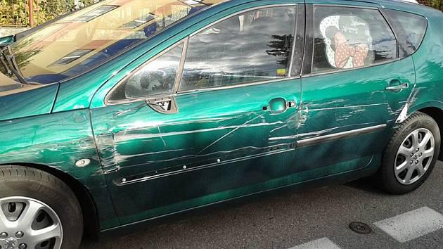 K poškození Peugeotu 407 SW a sousedního Fordu Escort došlo v úterý 29. září mezi 8. až 15. hodinou v Černoleské ulici.