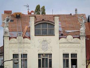 Střecha benešovského muzea není hotová ani téměř měsíc po termínu