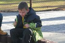 Školáci hned vyzkoušeli všechny herní prvky na novém hřišti.