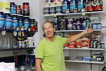 Antonín Macko ukazuje, čím kromě fotbalové branky v současnosti žije a co ho udržuje při sportovní aktivitě. Tím je fit centrum ve Vlašimi, které provozuje.