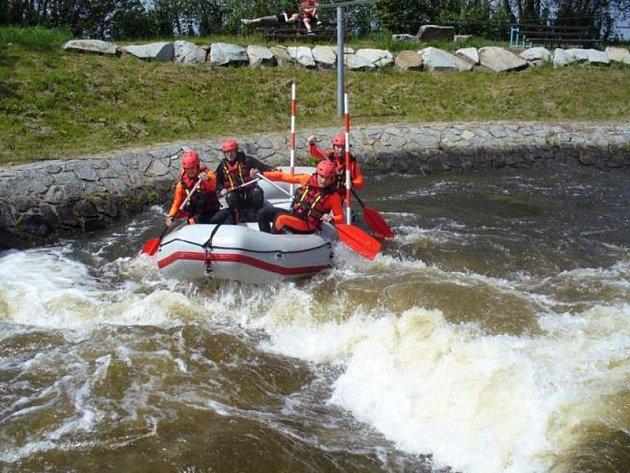 Benešovští hasiči řádili ve vodním kanálu jako rafťáci.