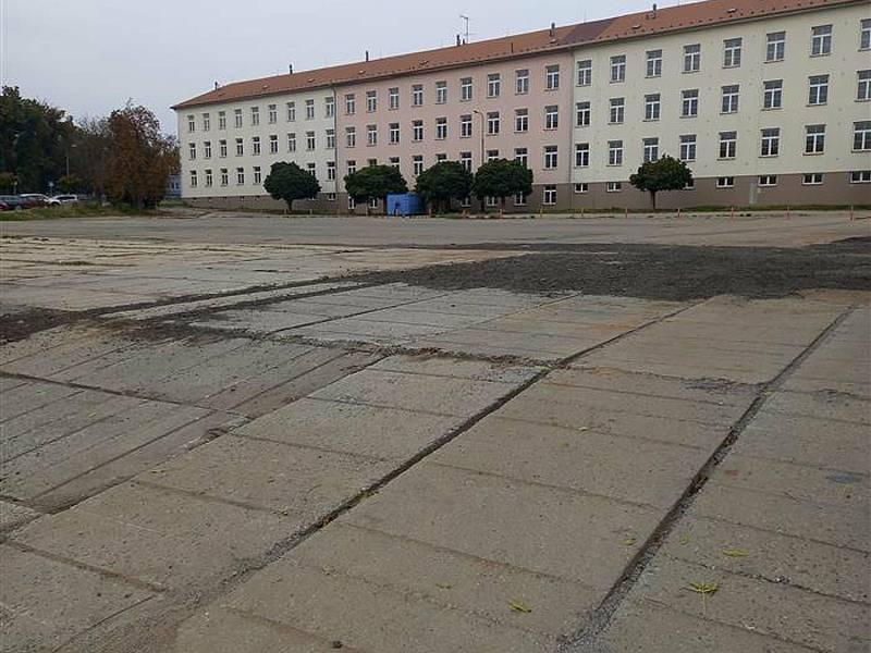 Parkoviště Pod Brankou bude bez aut od 1. do 21. října 2021. Od 1. října se ale bude znovu parkovat v Pražských kasárnách (na snímku).