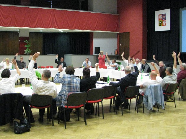 Hlasování benešovského zastupitelstva o zachování systému školního stravování.