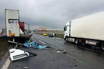 Hromadná nehoda zcela zablokovala dálnici D1 a více než 50 řidičů z kolon začalo couvat.