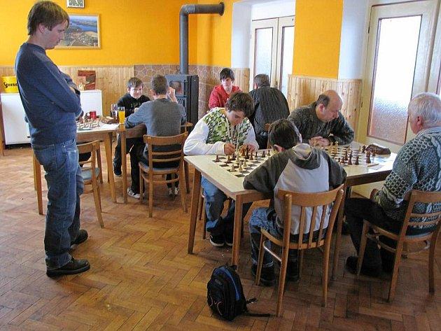 Momentka z utkání Regionální soutěže Dolní Kralovice B - Pravonín. Hosté zvítězili 3,5:1,5 a připravili domácí o prozatím stoprocentní bodový zisk.