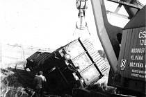 Vykolejení nákladního vlaku kvůli lomu koleje u Dubějovic v roce 1975.