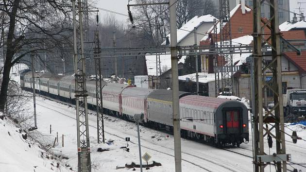 Železniční stanice Votice v únoru 2010. Pro cestující vznikne ostrovní nástupiště s rampou.