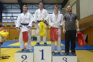 Jan Pikora (druhý zprava) na stupních vítězů v kategorii mužů, kde získal jako dorostenec bronz.