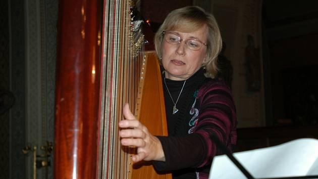 V kapli zámku Konopiště vystoupila harfenistka Národního divadla Ivana Pokorná a Vratislav Kříž, sólista Státní opery v Praze.